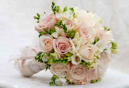 Ни одна цветочная аранжировка не является так тесно связанной с человеком как свадебный букет. Он должен быть «сшит» как платье по фигуре невесты