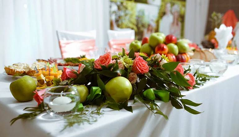 Флористика: секреты оформления праздничного стола